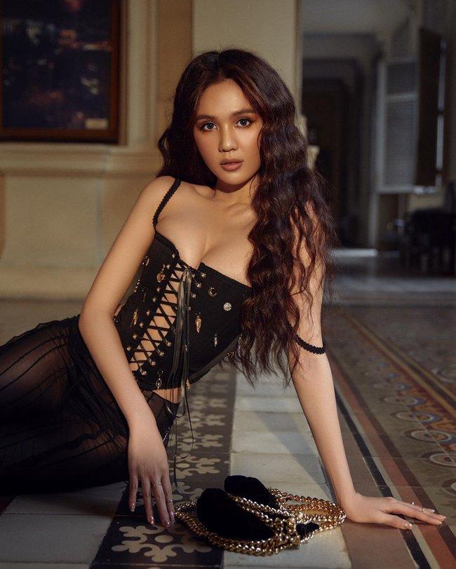 Cùng mặc đồ thương hiệu Việt, Ngọc Trinh o ép đến méo cả vòng 1 nhưng làm sao đọ nổi thần thái của BLACKPINK  - Ảnh 3.