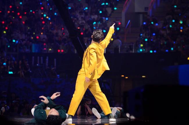 """Trước khi khóc đến mức để Vương Nhất Bác dỗ, """"ông chú U50"""" Chung Hán Lương đã nhảy múa đẹp mê hoặc  - Ảnh 8."""