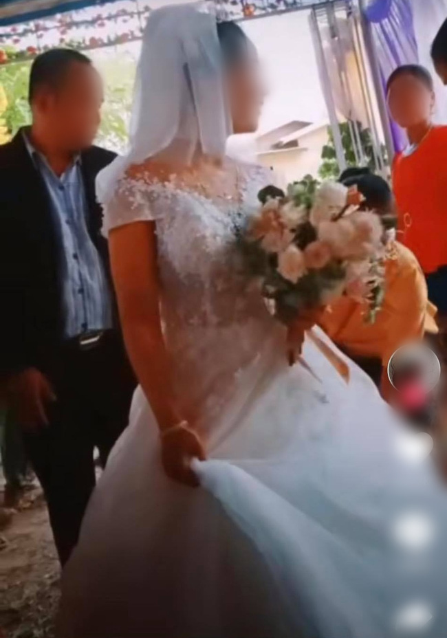 Chú rể to tiếng quát mắng người phụ nữ có tuổi trong hôn lễ, không thèm cầm váy giúp vợ và thái độ thật khó tin của cô dâu - Ảnh 4.