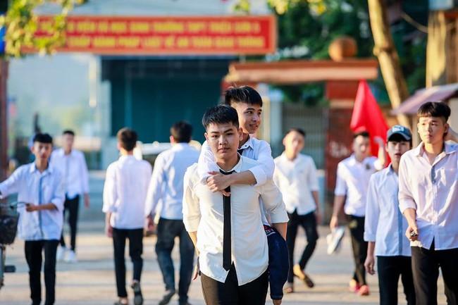 """Nam sinh """"10 năm cõng bạn đi học"""" ở Thanh Hóa không đậu Đại học Y Hà Nội, nhiều người mong muốn nhà trường sẽ đặc cách giúp em đạt được ước mơ - Ảnh 1."""