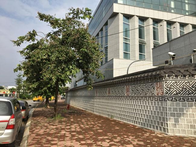 Bức tường Hàn Quốc giống hệt hoàng cung xứ sở kim chi ngay giữa lòng Hà Nội khiến giới trẻ rủ nhau đến check in rầm rộ - Ảnh 1.