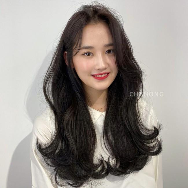 Học gái Hàn tự cắt tóc mái: Không lấy kéo cắt bằng mà tỉa nhỏ thế này để mái uốn cong tự nhiên nhìn siêu đẹp  - Ảnh 1.
