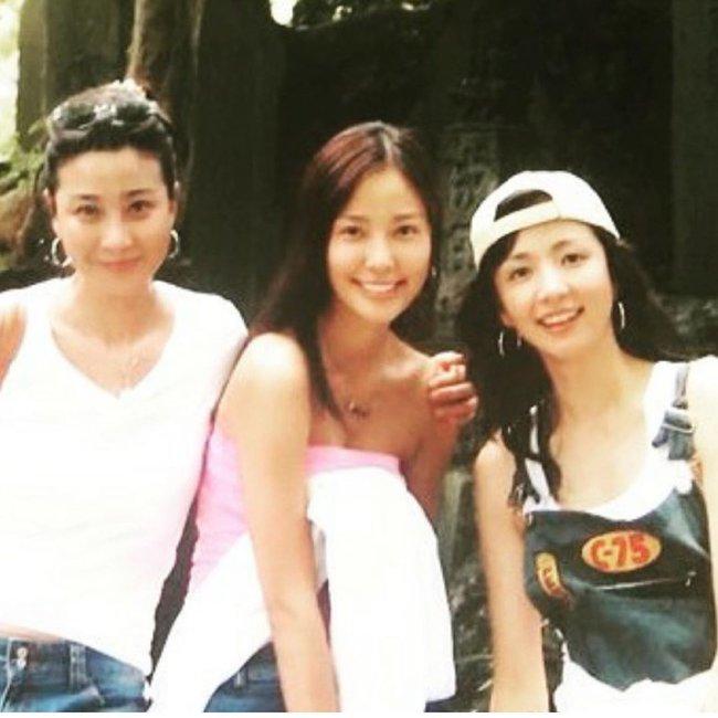 """Bà xã Kwon Sang Woo khoe ảnh """"ngày ấy - bây giờ"""" cùng hội bạn thân từ 16 năm trước, nhưng gây bão chính là nhan sắc hoàn hảo của nàng Á hậu ở tuổi 40  - Ảnh 1."""