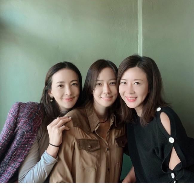 """Bà xã Kwon Sang Woo khoe ảnh """"ngày ấy - bây giờ"""" cùng hội bạn thân từ 16 năm trước, nhưng gây bão chính là nhan sắc hoàn hảo của nàng Á hậu ở tuổi 40  - Ảnh 3."""