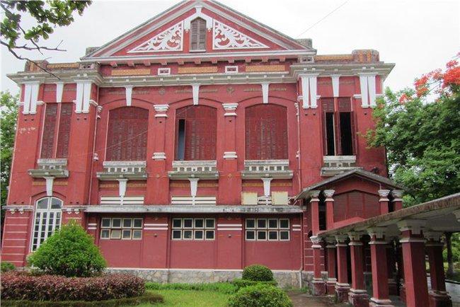 Ngôi trường cấp 3 ở miền Trung nổi như cồn bởi kiến trúc đẹp như Châu Âu, giáo viên và học sinh toàn những anh tài với vô số giải thưởng quốc tế - Ảnh 4.