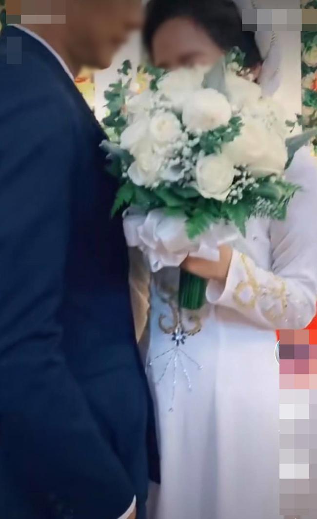 Đang đứng làm lễ cưới, chụp ảnh mà cô dâu chỉ mải mê cười ngặt nghẽo, hóa ra nhìn xuống chân cô mới thấy lý do tại sao! - Ảnh 3.