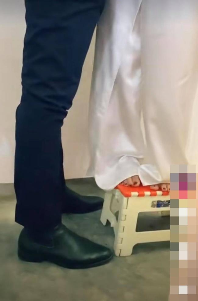 Đang đứng làm lễ cưới, chụp ảnh mà cô dâu chỉ mải mê cười ngặt nghẽo, hóa ra nhìn xuống chân cô mới thấy lý do tại sao! - Ảnh 4.