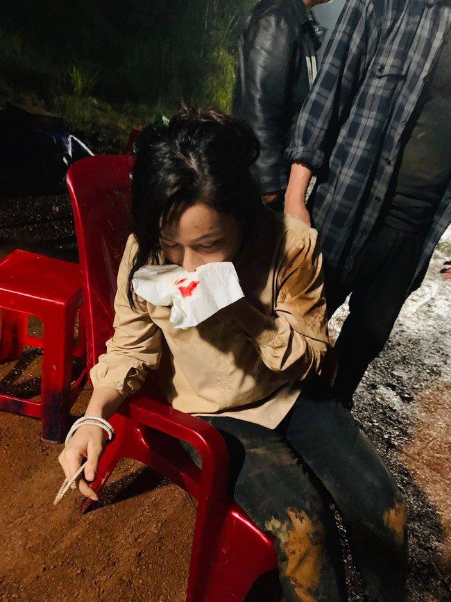 """""""Vua bánh mì"""": Nhật Kim Anh đổ máu, cả người đầy vết thương khi quay cảnh bị bắt cóc  - Ảnh 5. """"Vua bánh mì"""": Nhật Kim Anh đổ máu, cả người đầy vết thương khi quay cảnh bị bắt cóc"""