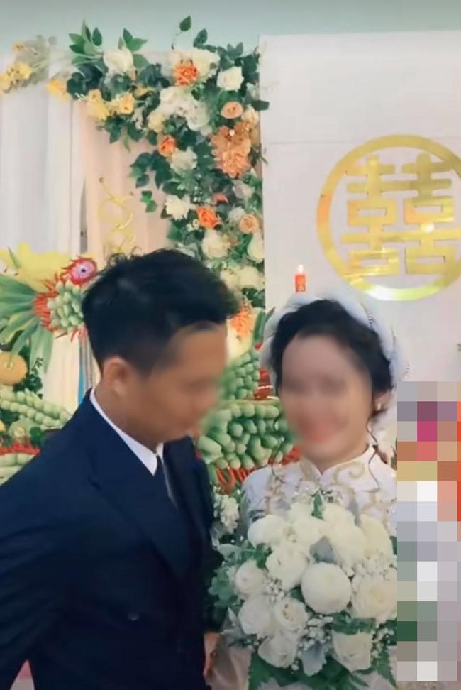 Đang đứng làm lễ cưới, chụp ảnh mà cô dâu chỉ mải mê cười ngặt nghẽo, hóa ra nhìn xuống chân cô mới thấy lý do tại sao! - Ảnh 2.