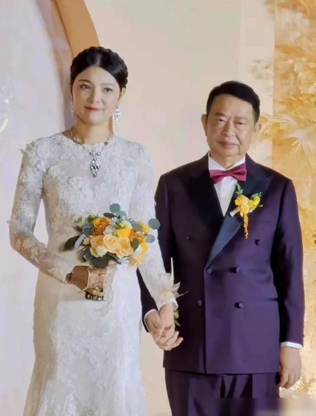 Chủ tịch 63 tuổi livestream hôn lễ với người tình kém tuổi bị dân mạng chế giễu: Sự kết hợp hoàn hảo của kẻ mê tiền và người háo sắc - Ảnh 1.