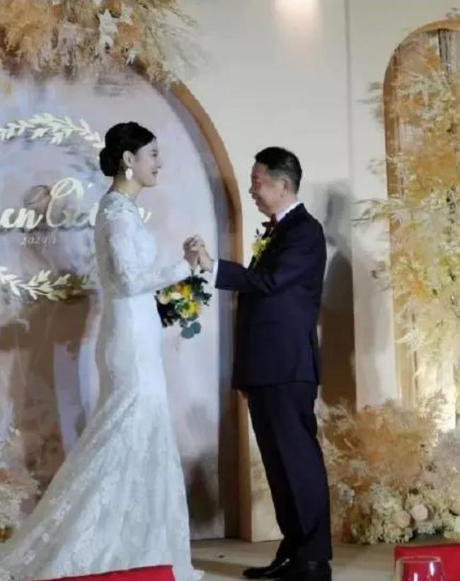Chủ tịch 63 tuổi livestream hôn lễ với người tình kém tuổi bị dân mạng chế giễu: Sự kết hợp hoàn hảo của kẻ mê tiền và người háo sắc - Ảnh 2.