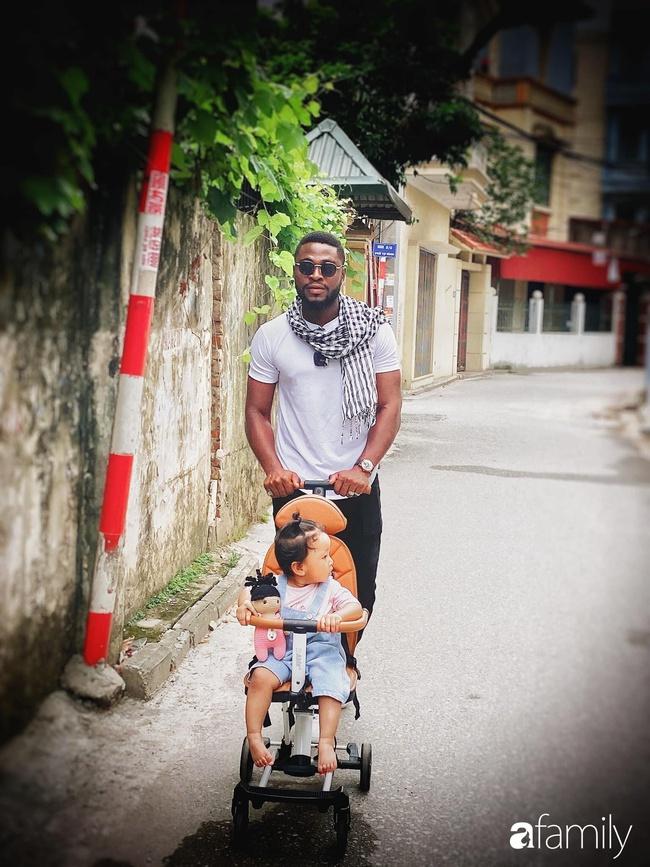 """Chàng trai châu Phi làm rể Hà Nội bị bố vợ hỏi: """"Đủ tiền nuôi gia đình không?"""", đến lúc có con riêng tiền xe đẩy, cũi, ghế ngồi cũng 50 triệu - Ảnh 2."""