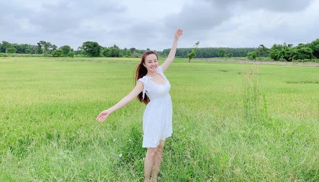 Vy Oanh thả dáng trên đồng cỏ xanh.