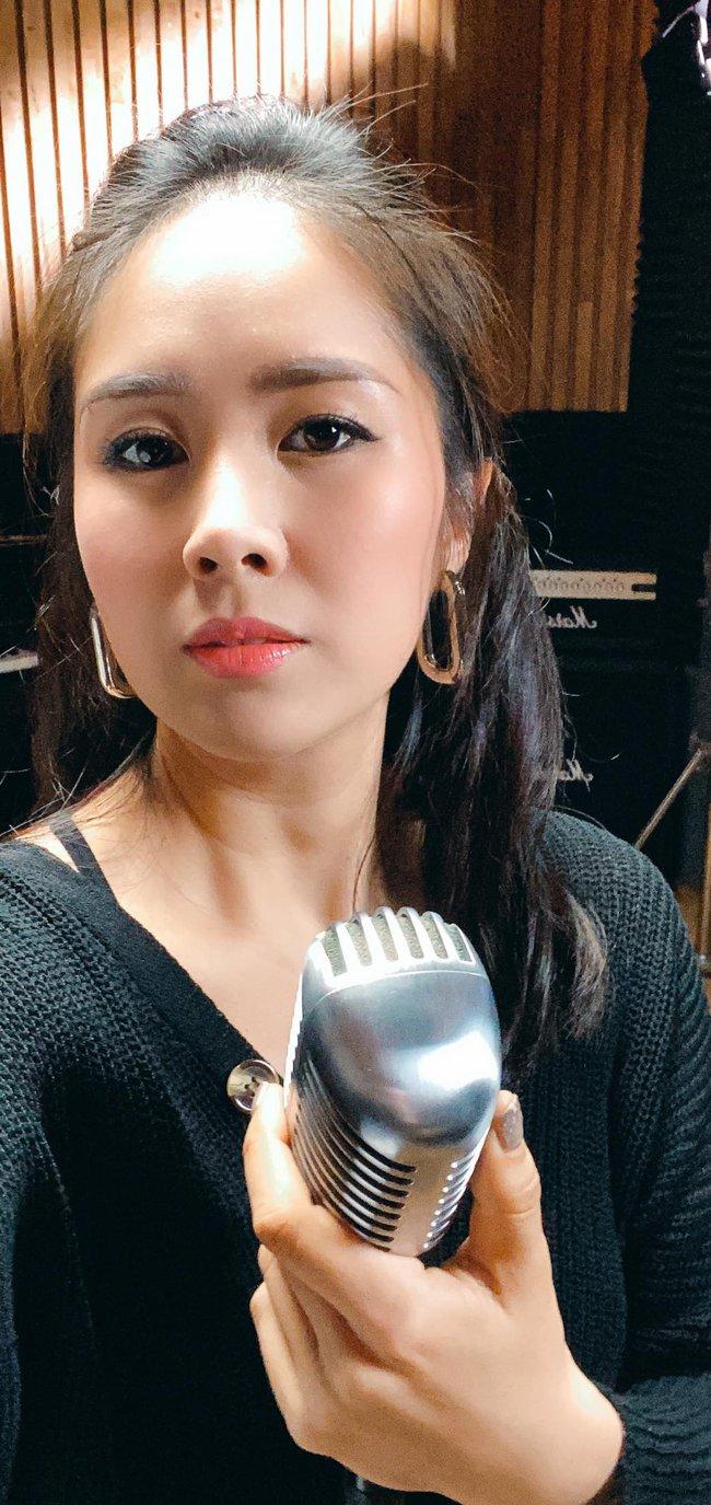 """""""Em làm diễn viên kiêm ca sĩ được không cả nhà?"""", Lê Phương hỏi."""