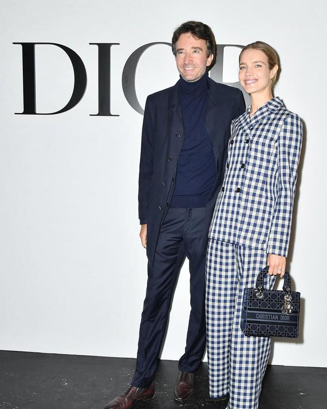Vợ chồng Thái tử Louis Vuitton chiếm sóng trong show thời trang, sao Việt có vé mời nhưng phải ngậm ngùi xem show qua live stream  - Ảnh 4.