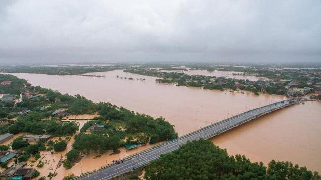 Mưa lũ miền Trung: Nước ngập đến cổ, đứng ăn cơm trong nước lũ, mẹ già nằm trên nước lũ chờ cứu hộ - Ảnh 3.