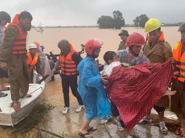 Mưa lũ miền Trung: Nước ngập đến cổ, đứng ăn cơm trong nước lũ, mẹ già nằm trên nước lũ chờ cứu hộ - Ảnh 6.