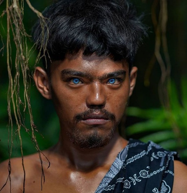 Hội chứng di truyền hiếm gặp khiến bộ tộc người Indonesia này có đôi mắt màu xanh phát sáng - Ảnh 1.