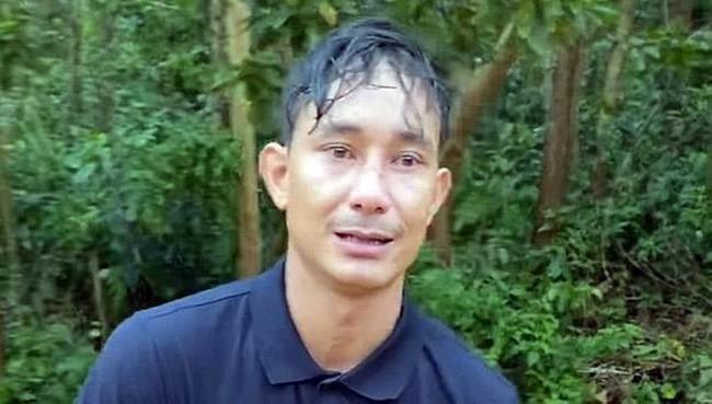 Đi làm mướn ở xa, quê nhà bị sạt lở tại Trà Leng người đàn ông đi bộ một ngày trời, vừa đi vừa khóc van xin người đi đường cho quá giang để kịp về với vợ con - Ảnh 1.