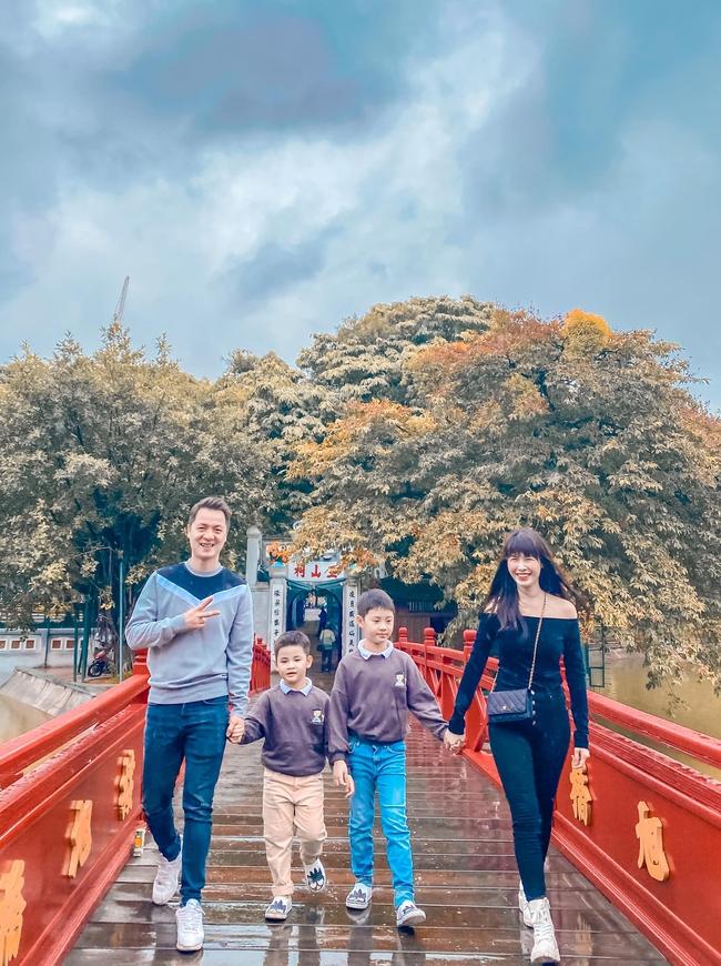 """Bà xã Đăng Khôi đăng ảnh gia đình cùng dòng chú thích: """"Mùa thu Hà Nội thật đẹp. Gia đình hội ngộ quây quần bên nhau""""."""