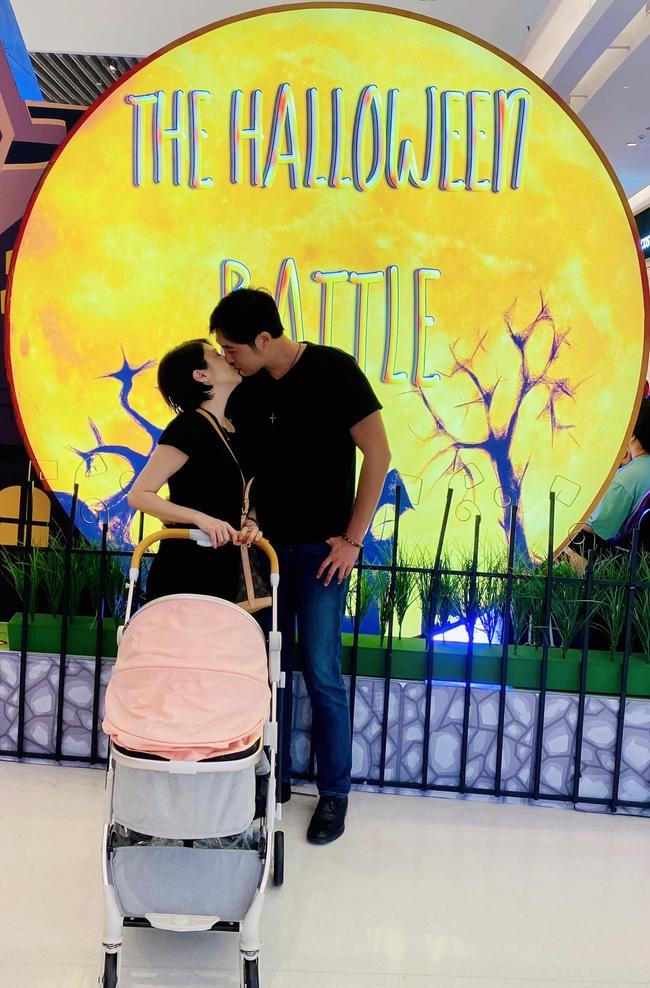 """Pha Lê và chồng Hàn đưa con gái đi chơi lễ hội hóa trang: """"Halloween đầu tiên của Ốc cũng là ngày kỉ niệm ba mẹ gặp nhau lần đầu tiên""""."""