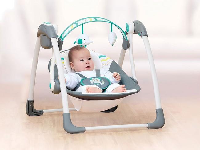 Khổ sở vì con cứ đòi bế trên tay mới ngủ, bà mẹ dùng ghế xích đu để ru con, nhưng các chuyên gia lại khuyên không nên làm thế - Ảnh 1.