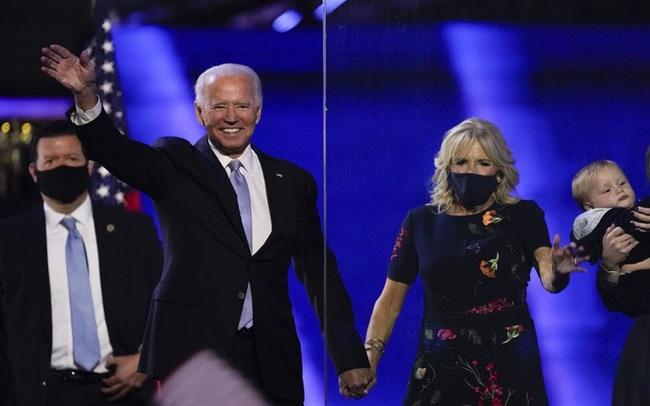 """76 tuổi vẫn phong độ lịch lãm, ông Joe Biden để lộ bằng chứng nhiều lần phẫu thuật để """"níu kéo tuổi xuân"""" từ cấy tóc, căng da đến cắt mí - Ảnh 2."""