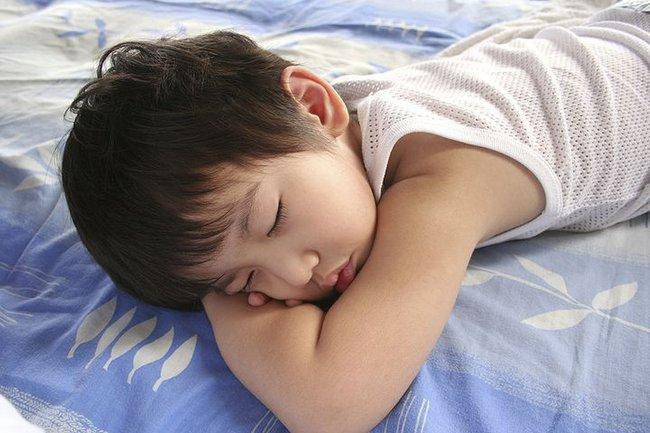 Bé trai 5 tuổi tử vong khi đang ngủ trưa ở trường mầm non, nguyên nhân khiến phụ huynh và giáo viên đau lòng - Ảnh 2.