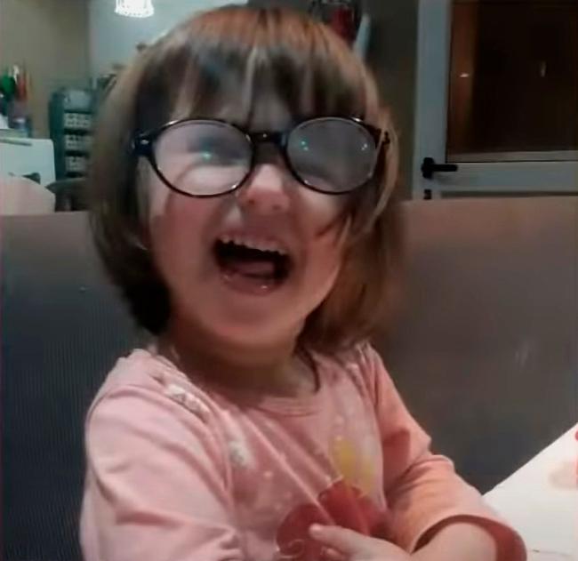 Đưa cho con gái bình sữa để uống, bố mẹ ngoảnh trước ngoảnh sau đã thấy bê bết máu và cảnh tượng kinh hoàng ám ảnh cả đời - Ảnh 1.