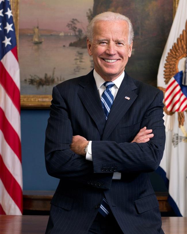 """76 tuổi vẫn phong độ lịch lãm, ông Joe Biden để lộ bằng chứng nhiều lần phẫu thuật để """"níu kéo tuổi xuân"""" từ cấy tóc, căng da đến cắt mí - Ảnh 1."""