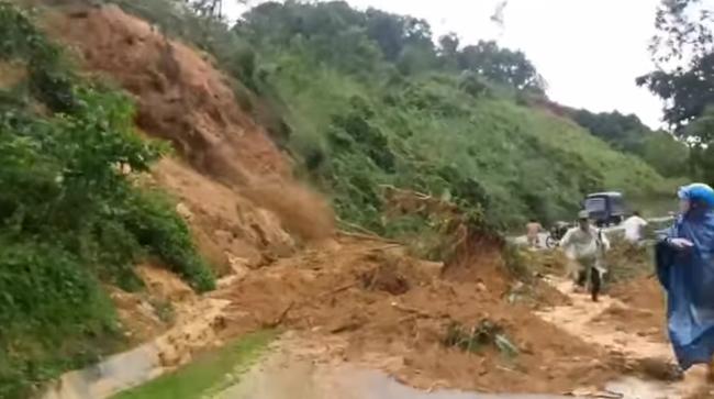 Quảng Nam: Kinh hoàng cảnh sạt lở núi ở Bắc Trà My làm 1 người nghi mất tích, 3 người bị thương - Ảnh 1.