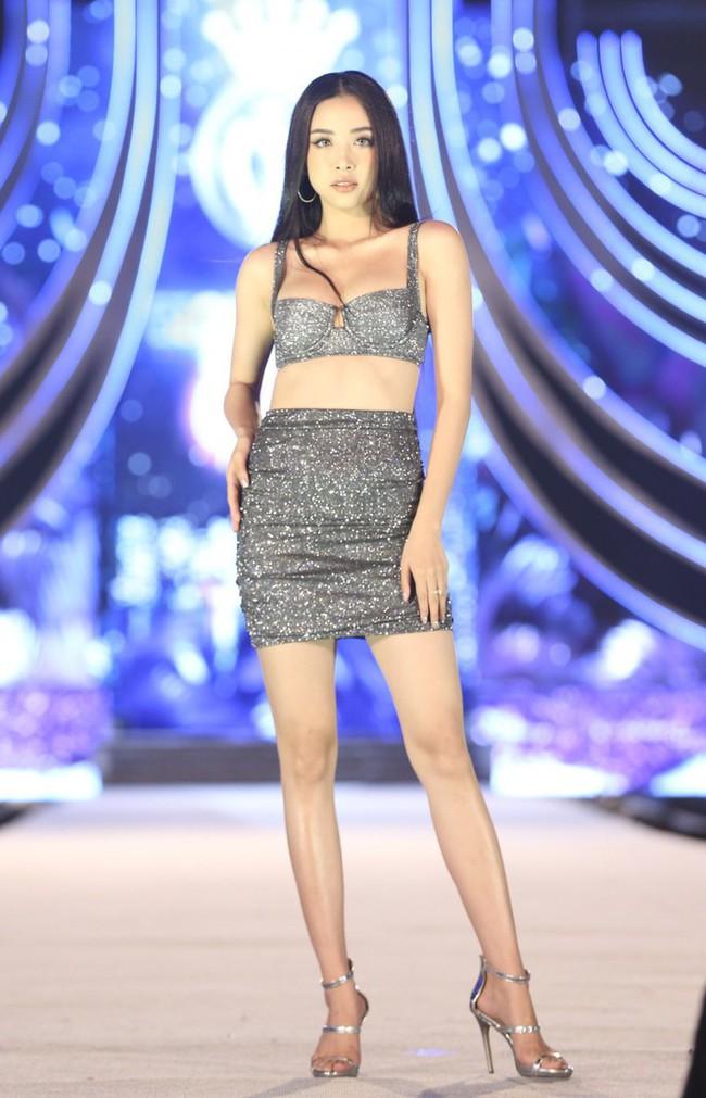 """Màn đọ sắc cực gắt của dàn Hoa hậu: Tiểu Vy, Lương Thùy Linh gợi cảm vẫn bị vòng 1 """"khủng"""" của Đỗ Mỹ Linh lấn át - Ảnh 6."""