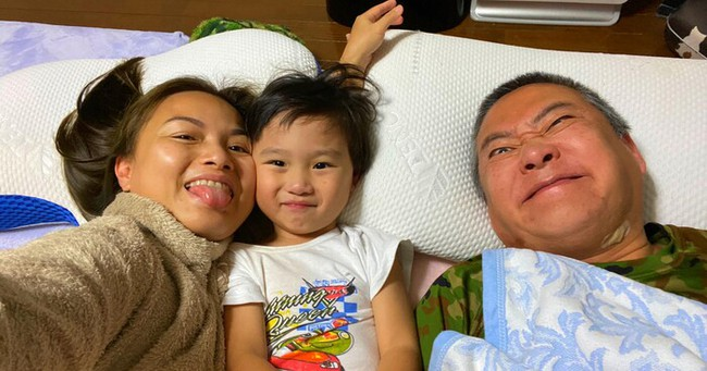 """Lâu lắm mới thấy ông xã Quỳnh Trần JP """"lên sóng"""", ai cũng bật cười vì pha tạo dáng cực độc của bố bé Sa - Ảnh 1."""