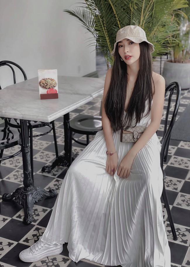 """Khổng Tú Quỳnh đăng hình cùng dòng chú thích: """"Cà phê thì uống ở đây. Còn cậu thì mình 'take away' mang về""""."""