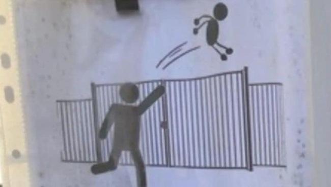 Thót tim học sinh tiểu học bị phụ huynh... ném qua cổng cao hơn 1,8 vì sợ muộn, trường buộc phải ban lệnh cấm - Ảnh 2.