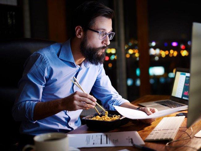 Trước giờ bạn vẫn cố ăn tối thật sớm để giảm cân nhưng một nghiên cứu cho thấy ăn muộn vẫn có thể giảm cân nếu tuân thủ điều này - Ảnh 1.