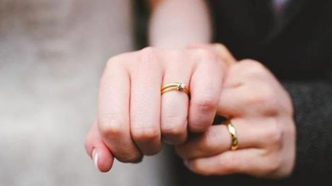 """Ăn hỏi xong xuôi rồi cùng chú rể đi mua nhẫn cưới, cô dâu đùng đùng đòi hủy hôn sau lời chế nhạo lạnh lùng: """"Tay thô như em mà đòi đeo cái này à?"""" - Ảnh 1."""