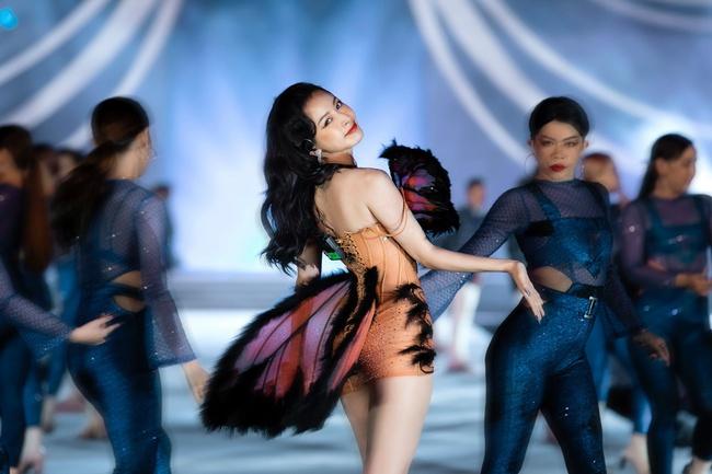 """Chi Pu khoe eo con kiến trong hình ảnh cô """"bướm đêm"""" mới lạ đầy gợi cảm hút mắt - Ảnh 5."""