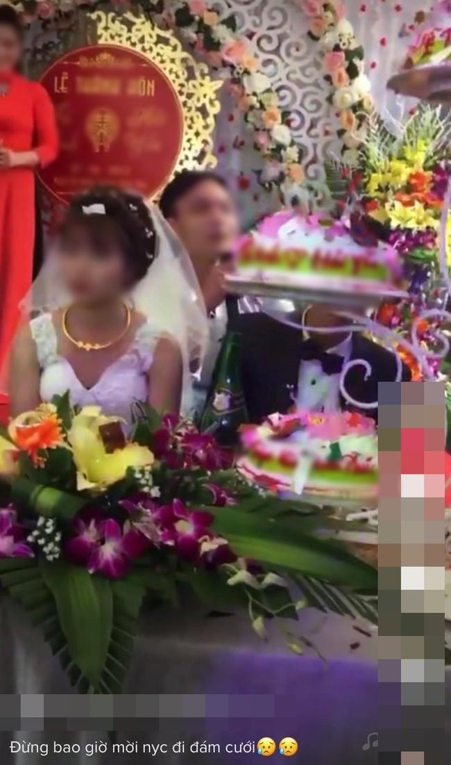 Đang đám cưới, nam thanh niên lên sân khấu hát khiến cô dâu tối tăm mặt mũi, màn cuối gây sốc - Ảnh 4.