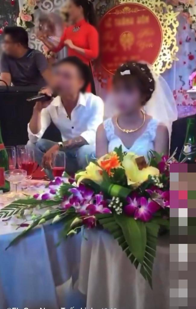 Đang đám cưới, nam thanh niên lên sân khấu hát khiến cô dâu tối tăm mặt mũi, màn cuối gây sốc - Ảnh 1.