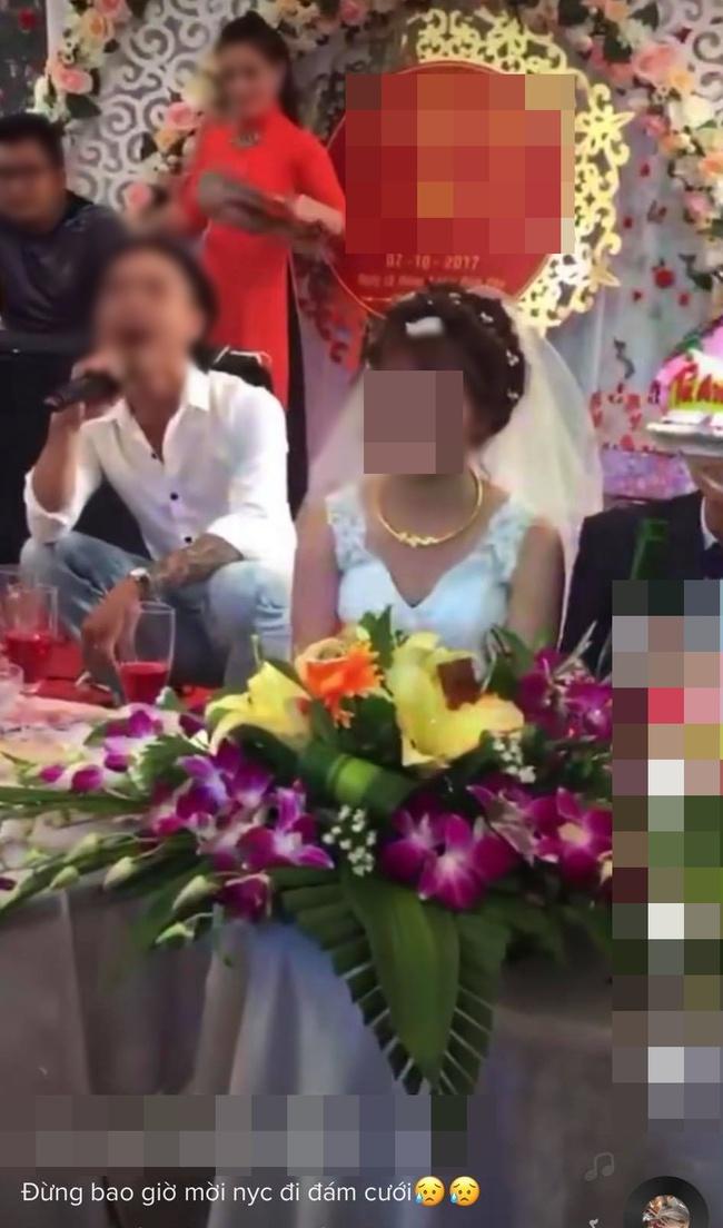 Đang đám cưới, nam thanh niên lên sân khấu hát khiến cô dâu tối tăm mặt mũi, màn cuối gây sốc - Ảnh 2.