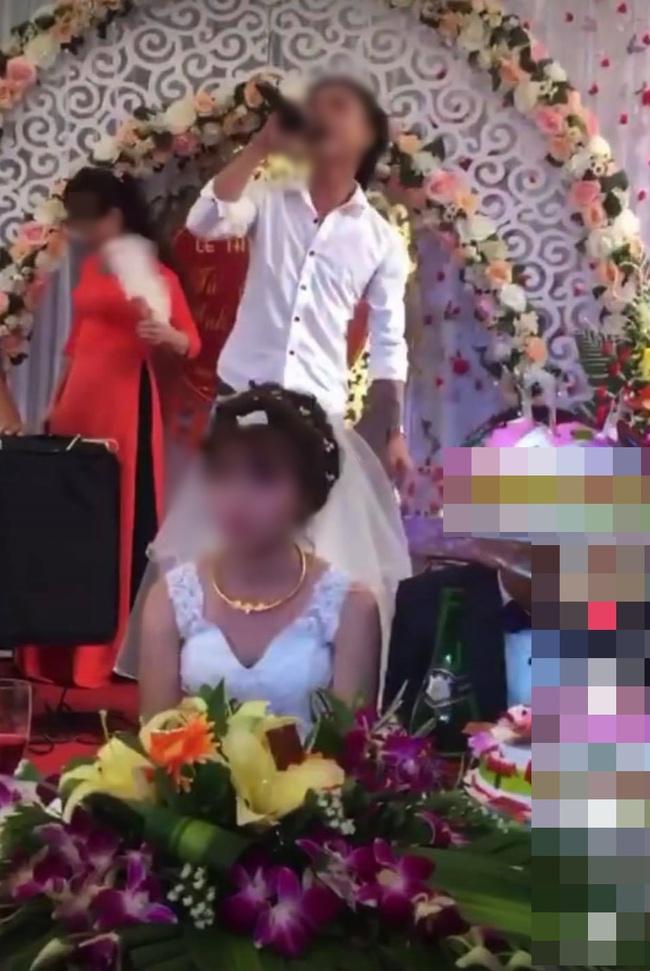 Đang đám cưới, nam thanh niên lên sân khấu hát khiến cô dâu tối tăm mặt mũi, màn cuối gây sốc - Ảnh 3.