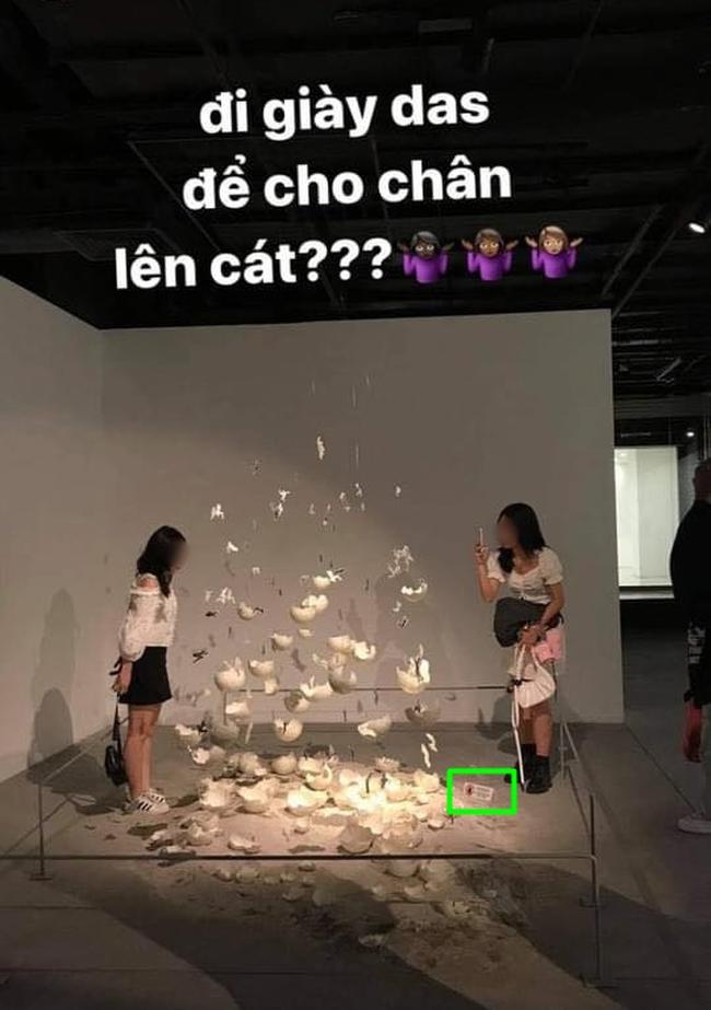 """Cộng đồng mạng dậy sóng với nhóm bạn trẻ vô ý thức dẫm đạp lên tác phẩm nghệ thuật để chụp hình """"sống ảo"""" trong triển lãm ở Hà Nội - Ảnh 2."""