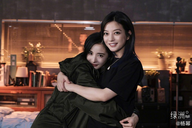 """Triệu Vy thân thiết ôm ấp """"chị chị em em"""" với Vương Âu, netizen bất ngờ gọi tên Dương Mịch - Ảnh 5."""