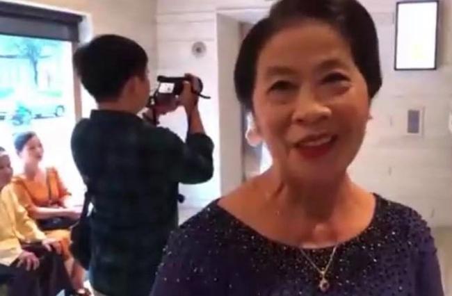Xuất hiện trong đám cưới, bố mẹ Công Phượng lần đầu tiên nhận xét về con dâu Viễn Minh và nhắc đến món quà cưới `` nho nhỏ ''.  sẽ được trao giải trên sân khấu - Ảnh 4.