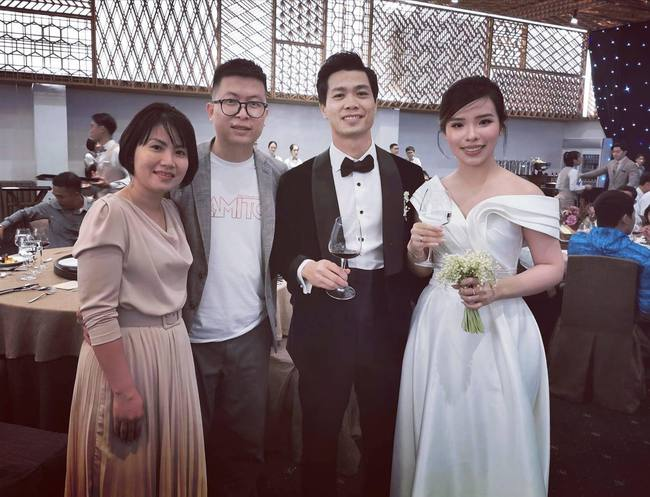 Cập nhật đám cưới Công Phượng - Viên Minh: Cô dâu, chú rể đi từng bàn mời rượu khách, vẻ mặt hạnh phúc rạng ngời - Ảnh 1.