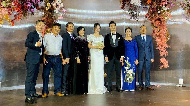 Cập nhật đám cưới Công Phượng - Viên Minh: Cô dâu, chú rể đi từng bàn mời rượu khách, vẻ mặt hạnh phúc rạng ngời - Ảnh 9.