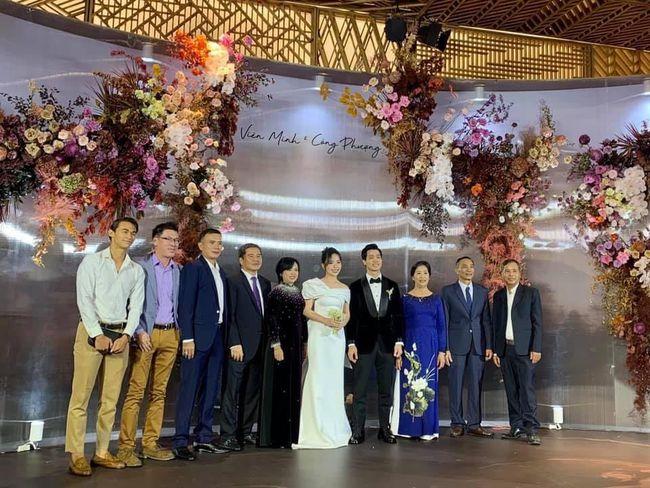 Cập nhật đám cưới Công Phượng - Viên Minh: Cô dâu, chú rể đi từng bàn mời rượu khách, vẻ mặt hạnh phúc rạng ngời - Ảnh 7.