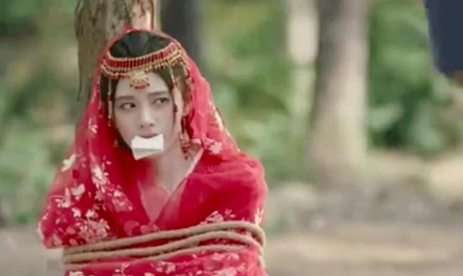 """Cúc Tịnh Y diễn cảnh bị bắt cóc mà """"đơ"""" đến mức vô lý, lập tức bị đưa vào nhóm """"hội chị em của Angelababy"""" - Ảnh 5."""