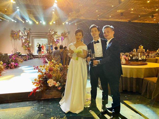 Khoảnh khắc siêu đáng yêu của cô dâu Viên Minh bên chú rể Công Phượng khi tan tiệc: Lộ vẻ mệt mỏi nhưng nhan sắc lại gây chú ý - Ảnh 3.